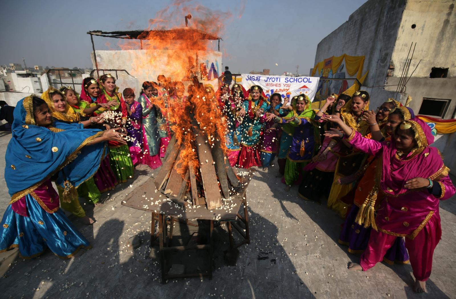 Indie: coroczny Festiwal Lohri oznaczający kulminację zimy. Fot. PAP/EPA/RAMINDER PAL SINGH