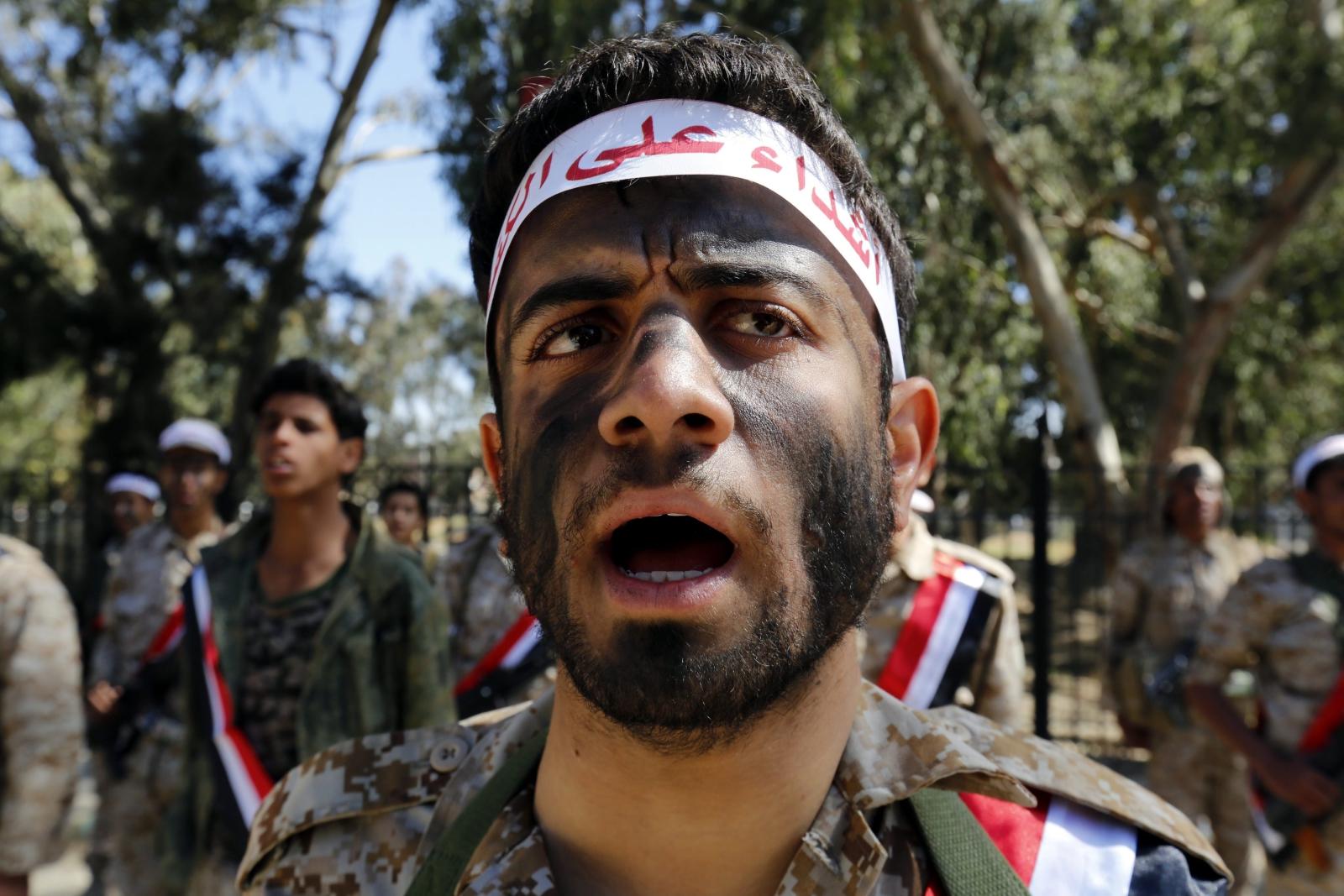 Jemen: żołnierze zwołują kolejnych ochotników do walki z rebeliantami. Fot. PAP/EPA/YAHYA ARHAB