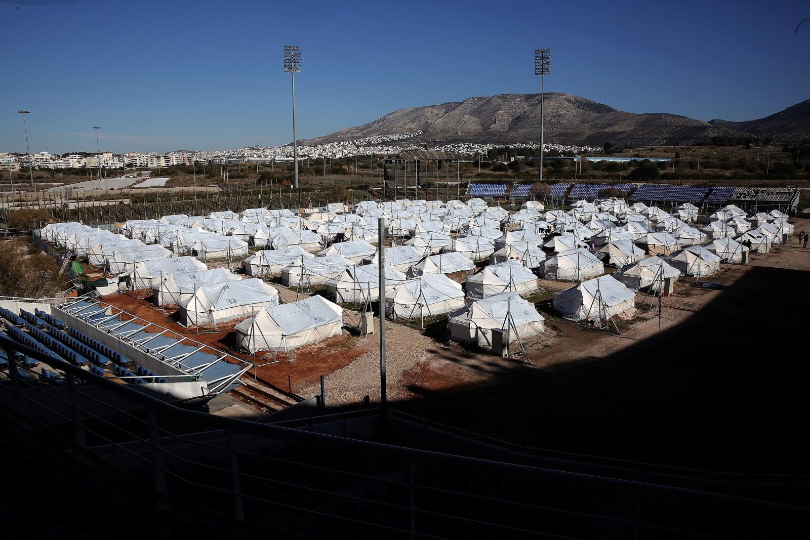 Grecja: widok na tymczasowy obóz uchodźców na Bejsbolowym Stadionie Olimpijskim. W 150 namiotach żyje tu ok. 500 uchodźców, głównie z Afganistanu. Fot. PAP/EPA/SIMELA PANTZARTZI