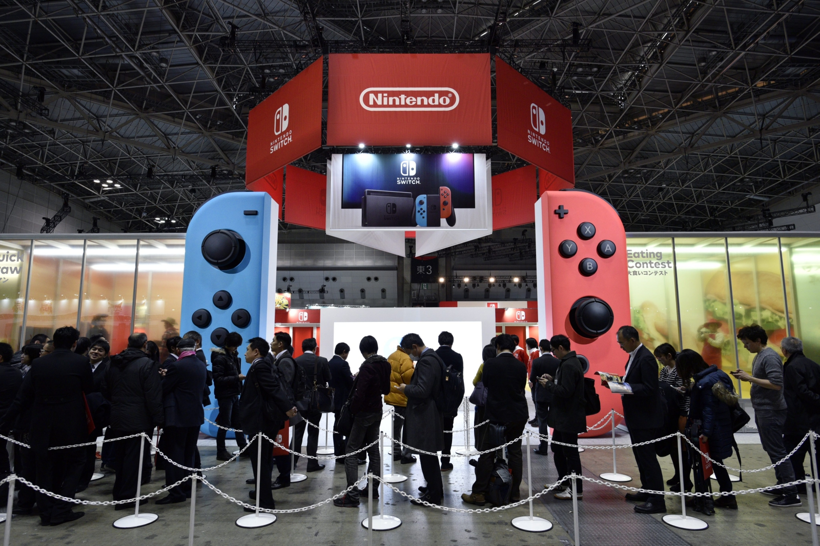 Japonia: kolejki do grania w Nintendo podczas prezentacji kolejnego, najnowszego modelu. Fot. PAP/EPA/FRANCK ROBICHON