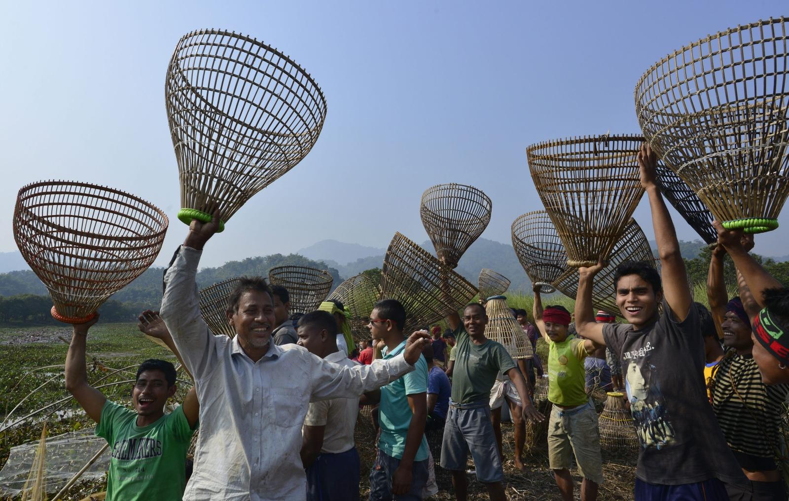 Indie: coroczny festiwal Magh Bihu, podczas którego wieśniacy tańczą z koszami na ryby i wychodzą na wspólne łowienie. Fot. PAP/EPA/STR