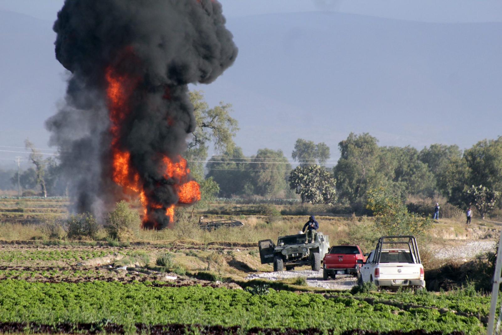 Członkowie meksykańskiej armii próbują ugasić ogień w Acatzingo, Puebla, Meksyk.