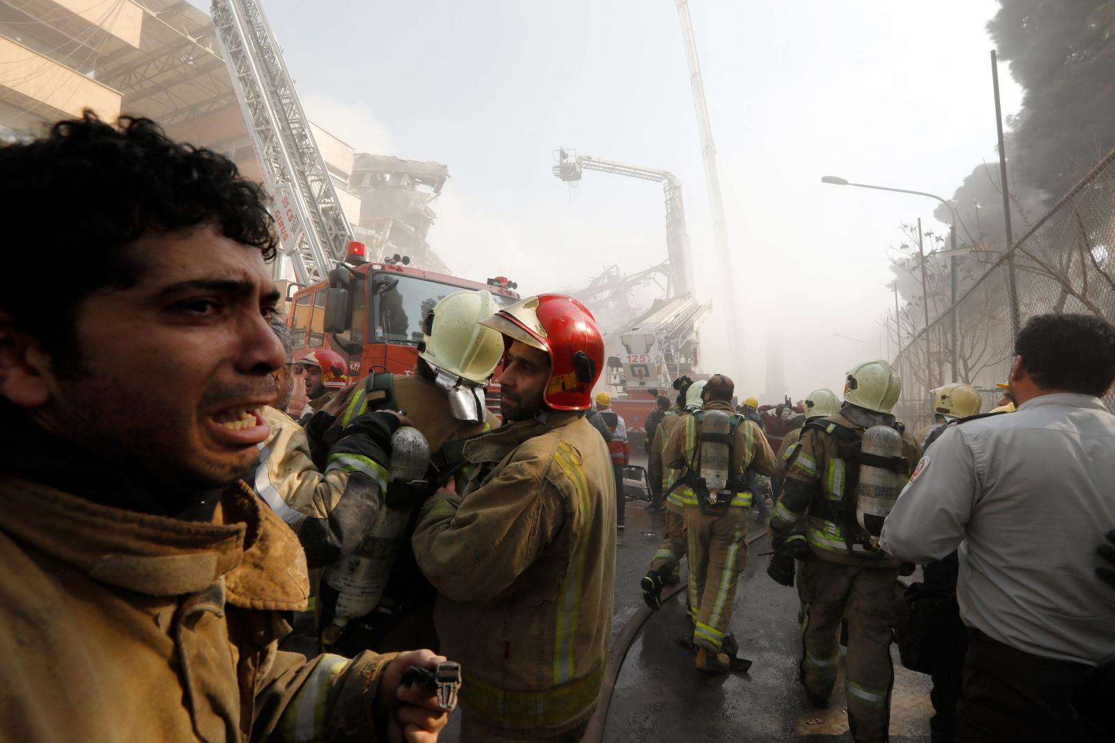 Pożar i zawalenie się budynku w Teheranie, Iran. Fot. PAP/EPA/ABEDIN TAHERKENAREH