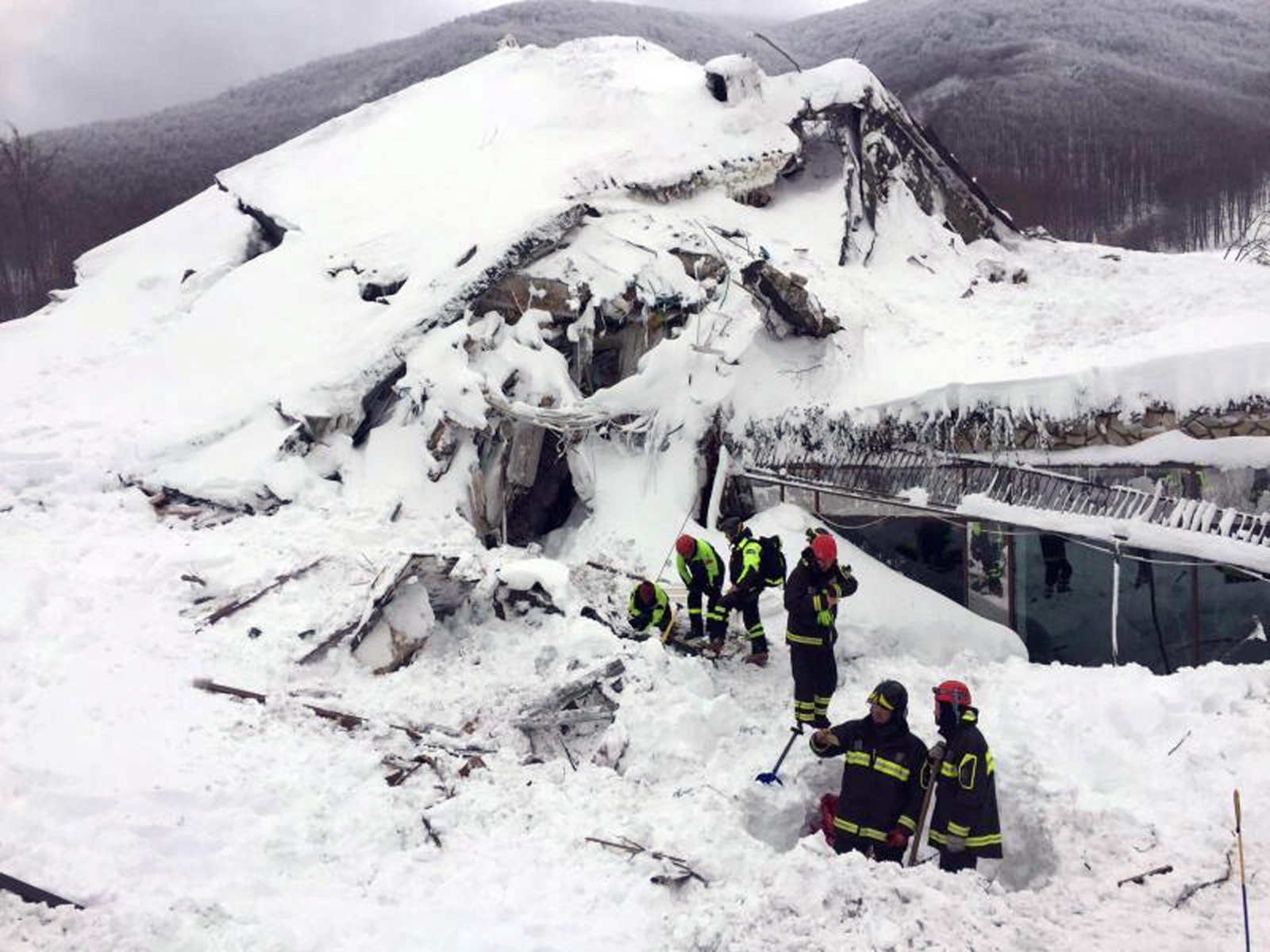 Włochy: zniszczenia spowodowane lawiną, która powstała po trzęsieniu ziemi w tym samym rejonie. Fot. PAP/EPA/ITALIAN FIRE DEPARTMENT