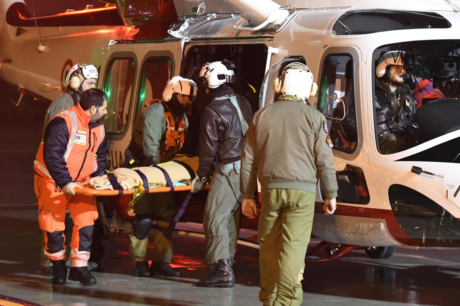 Włochy: z ruin hotelu zasypanego lawiną wydobyto kolejne trzy żywe osoby. Fot. PAP/EPA/CLAUDIO LATTANZIO