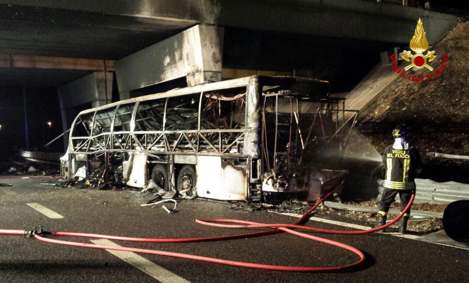 Szesnaście osób zginęło w wypadku węgierskiego autobusu pod Weroną w nocy z piątku na sobotę. Fot. PAP/EPA/VIGILI DEL FUOCO
