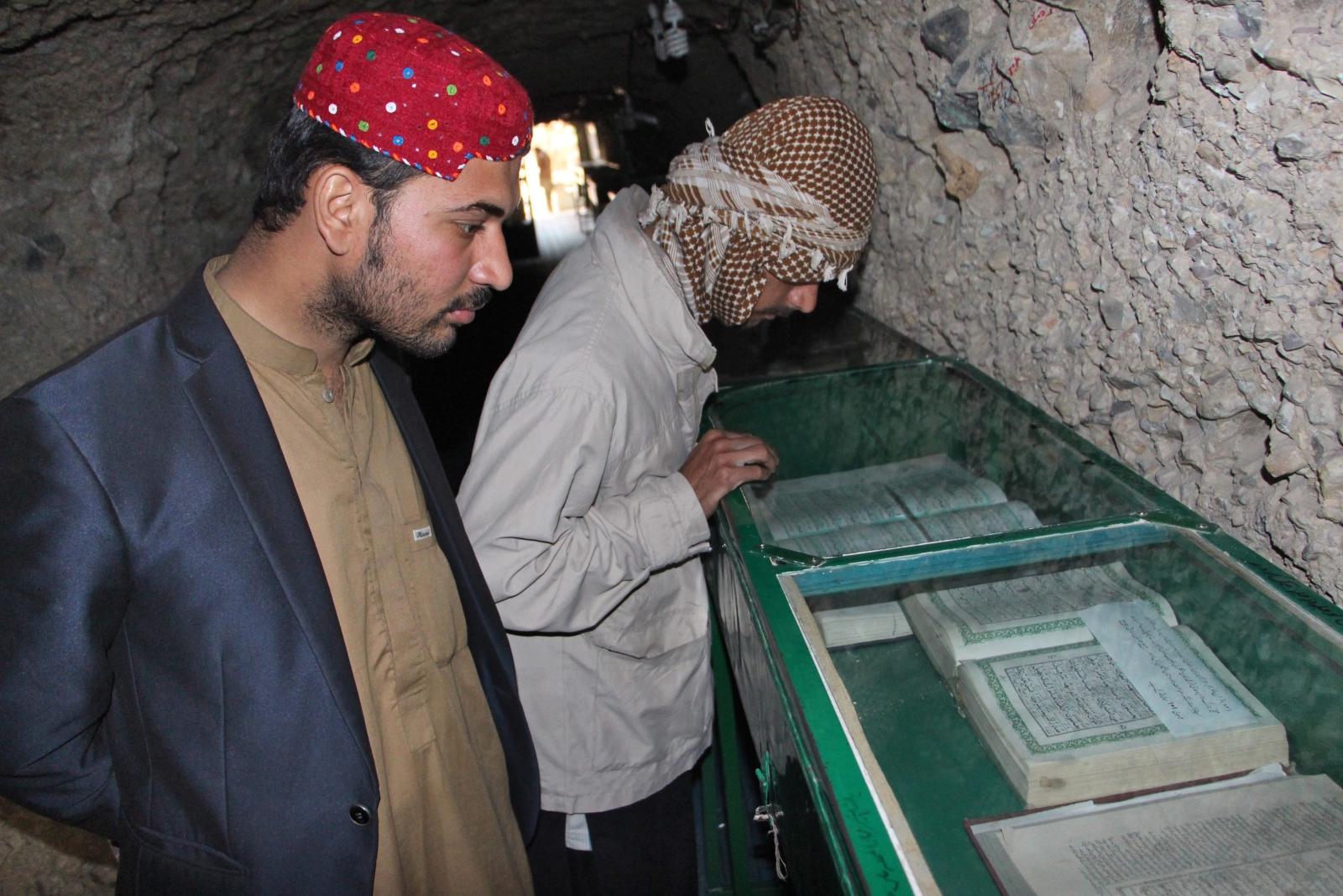 Fundacja Jabal-e-Noor zorganizowała wystawę historycznych kopii Koranu. Pomysłodawca przechowuje ok. 2,5 mln kopii Koranu, które nie są już używane. Zajmuje mu to 3,5 km tunelu, który musiał wykopać, ponieważ nigdzie się już nie mieściły. Fot. PAP/EPA/JAMAL TARAQAI