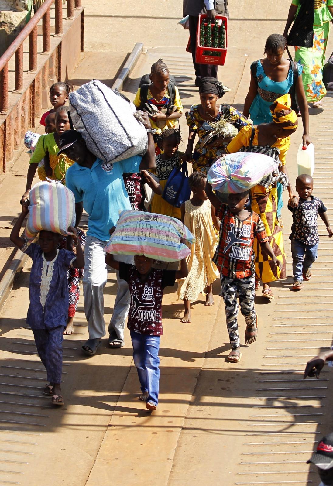 Gambijscy uchodźcy wracają do Banjul po wyborze nowego prezydenta. Fot. PAP/EPA/LEGNAN KOULA