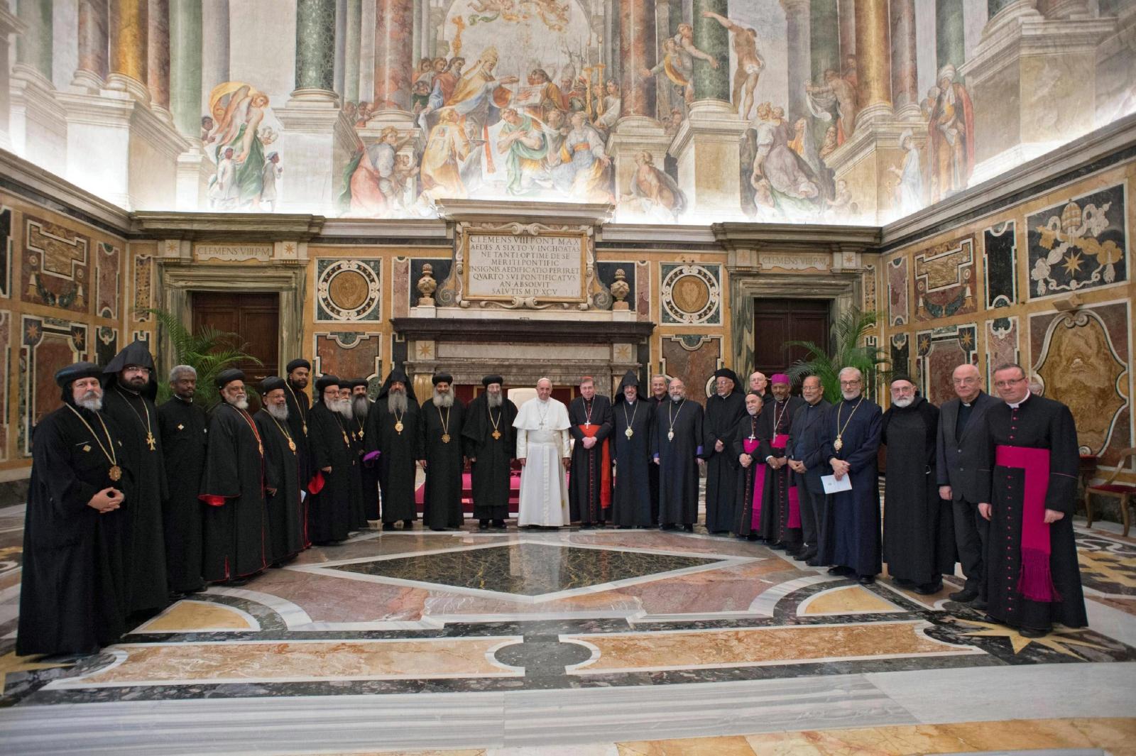 Papież Franciszek spotkał się na audiencji z członkami Międzynarodowej Komisji Mieszanej do dialogu teologicznego między Kościołem katolickim a starożytnymi Kościołami wschodnimi Fot. PAP/EPA/L'Osservatore Romano