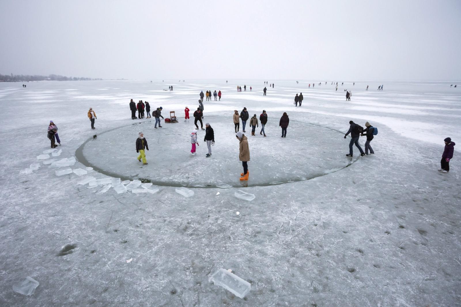 Ludzie bawią się na lodowej karuzeli na jeziorze Balaton w Balatonlelle, 140 km na północny-zachód od Budapesztu.