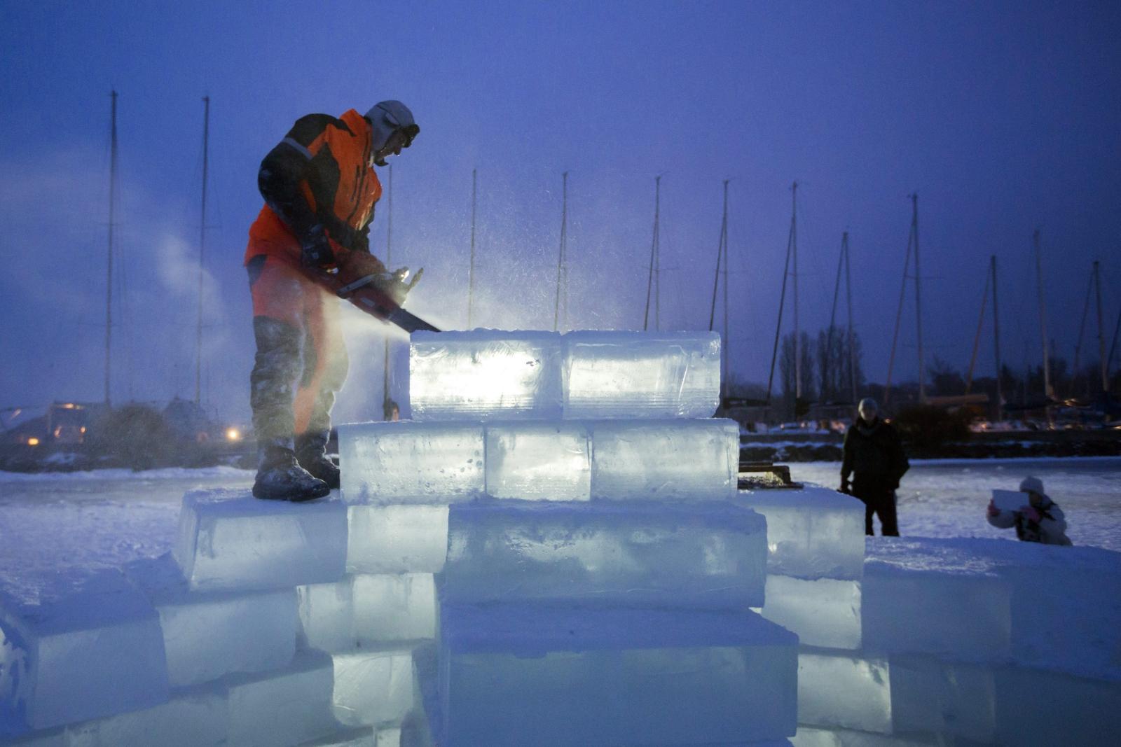 Mężczyzna tworzy lodową rzeźbę na zamarzniętyma jeziorze Balaton w Balatonlelle, 140 km na północny-zachód od Budapesztu.