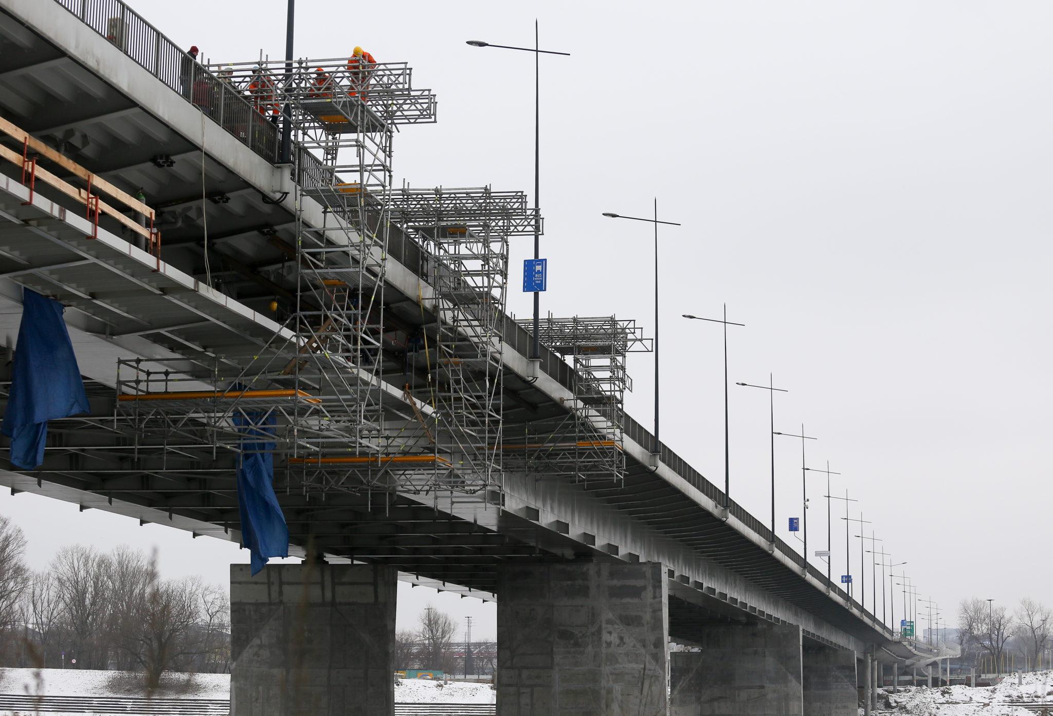 Polska: budowa kładki rowerowej na Moście Łazienkowskim w Warszawie (foto. PAP/Paweł Supernak)