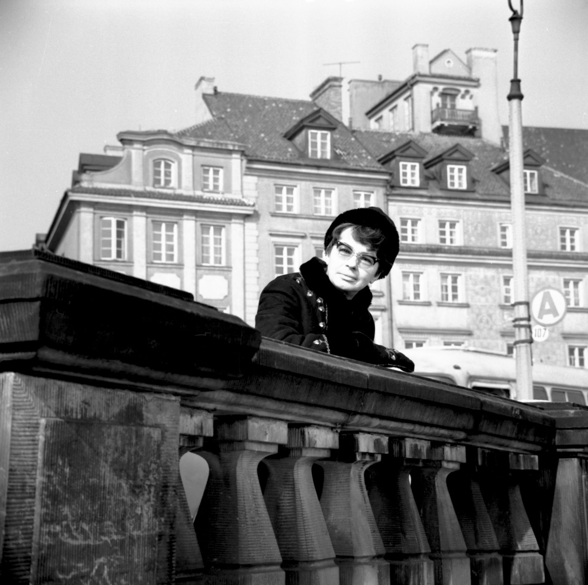 Na zdjęciu archiwalnym z 1969 roku aktorka Danuta Szaflarska podczas spaceru po Starym Mieście. Danuta Szaflarska zmarła 18 lutego 2017r. Miała 102 lata.