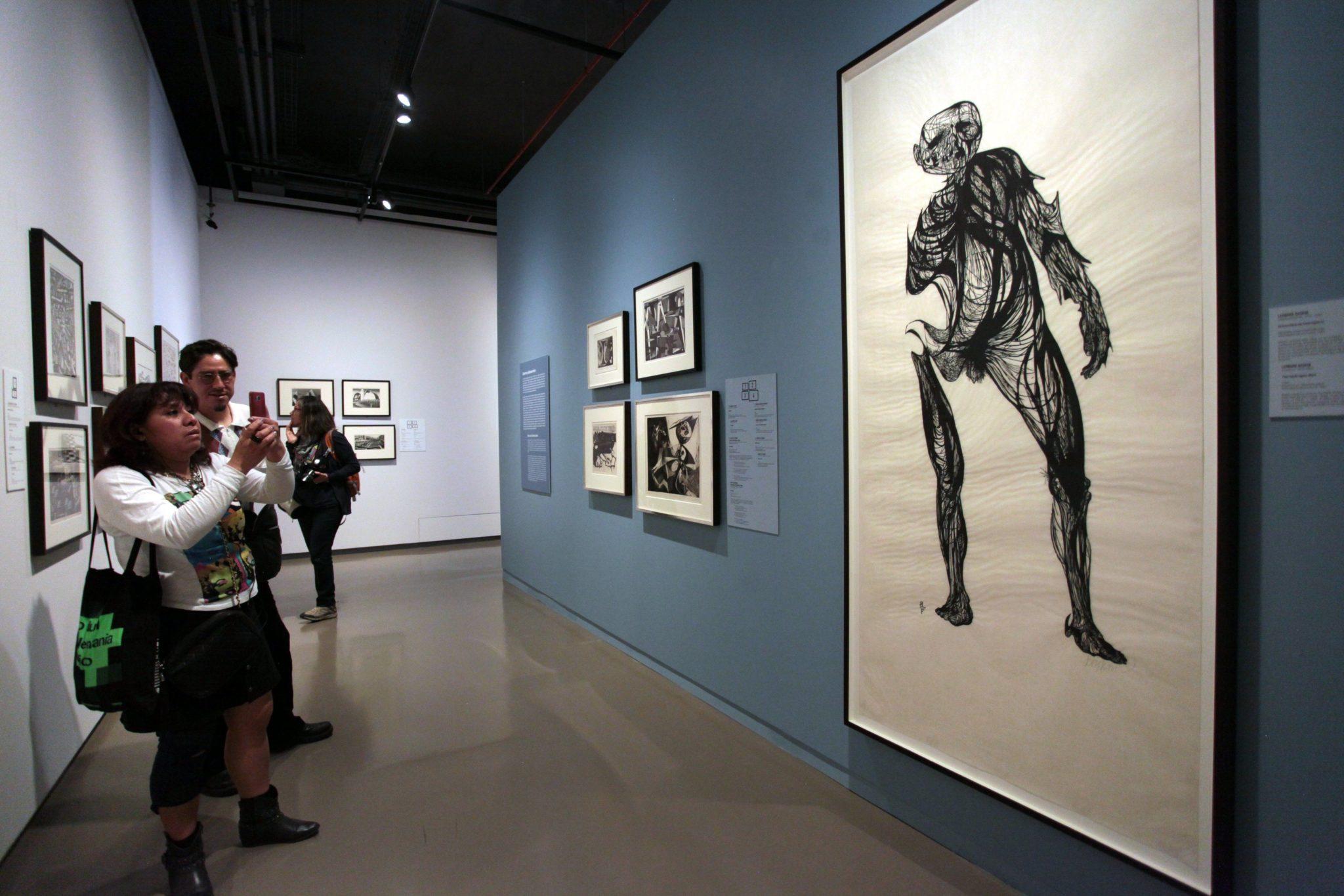 Meksyk: wystawa prac Leonarda Sandiego w Galerii Sztuki w Mexico City (foto. PAP/EPA/SASHENKA GUTIERREZ)