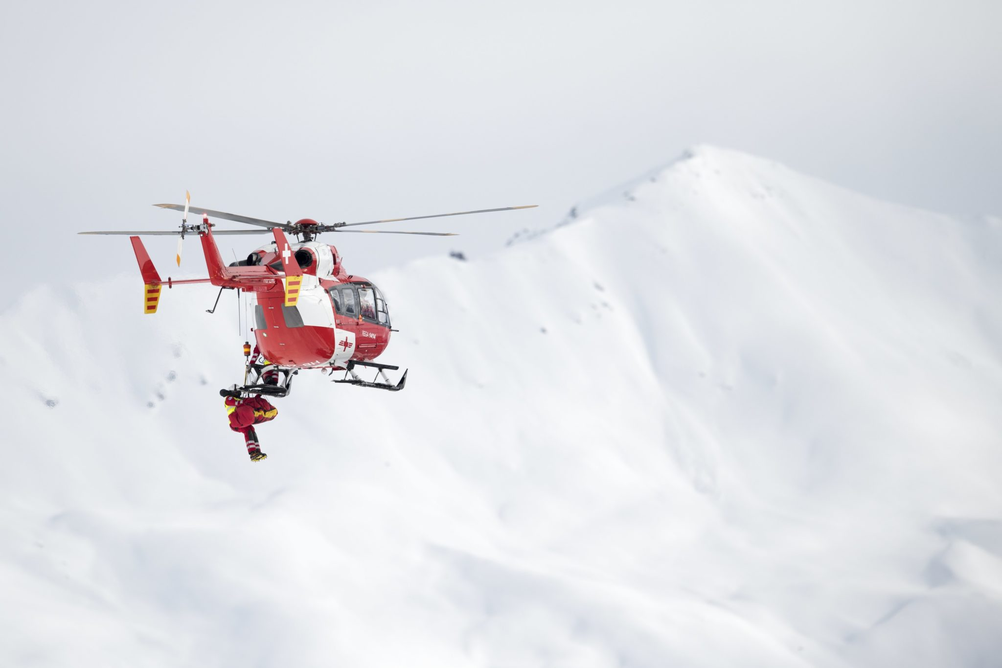 Szwajcaria: akcja ratunkowa podczas zawodów Pucharu Świata w Narciarstwie Alpejskim w St. Moritz (foto. PAP/EPA/GIAN EHRENZELLER)