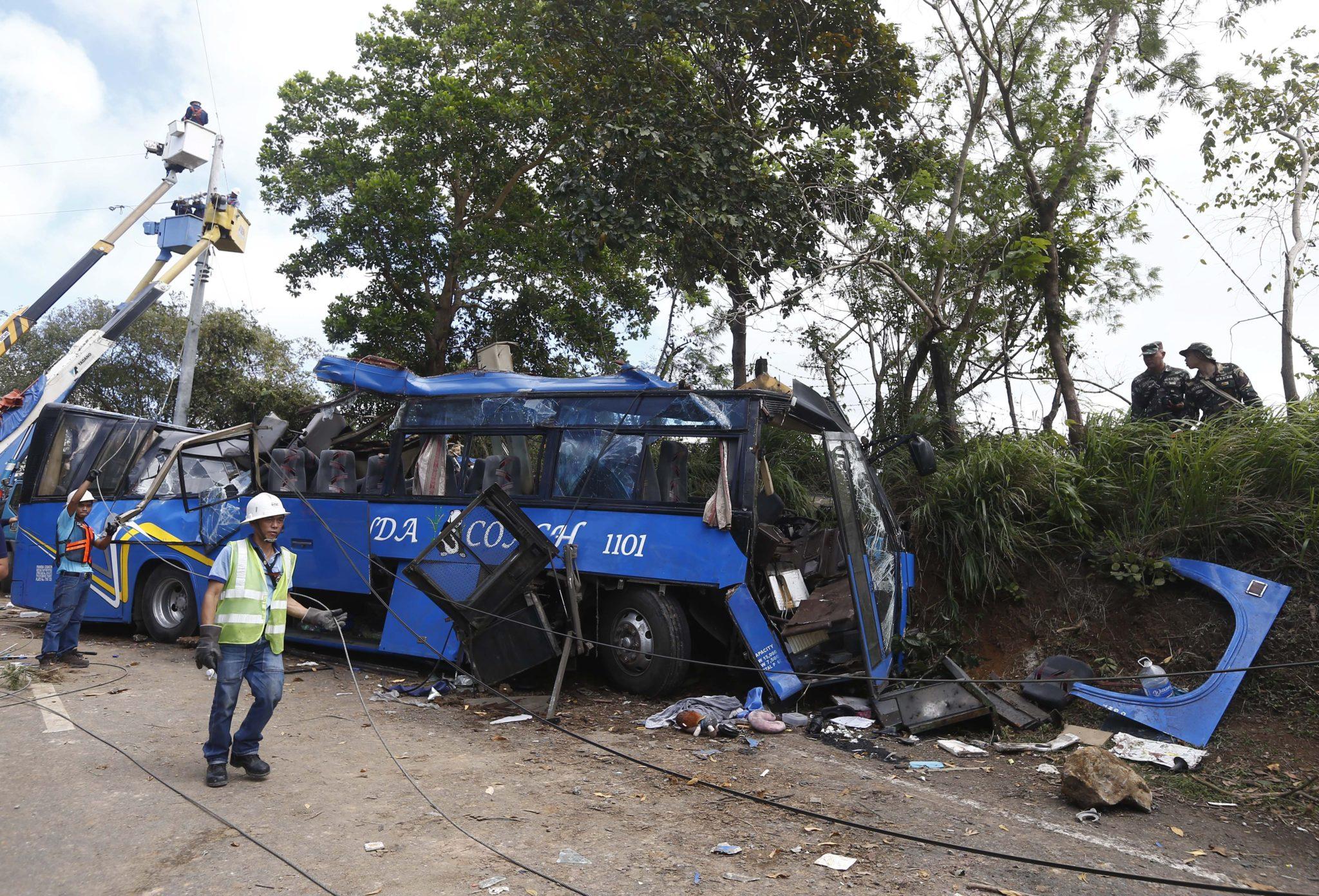 Filipiny: wypadek autobus, w którym śmierć poniosło 10 osób w miejscowości Tanay (foto. PAP/EPA/ROLEX DELA PENA)