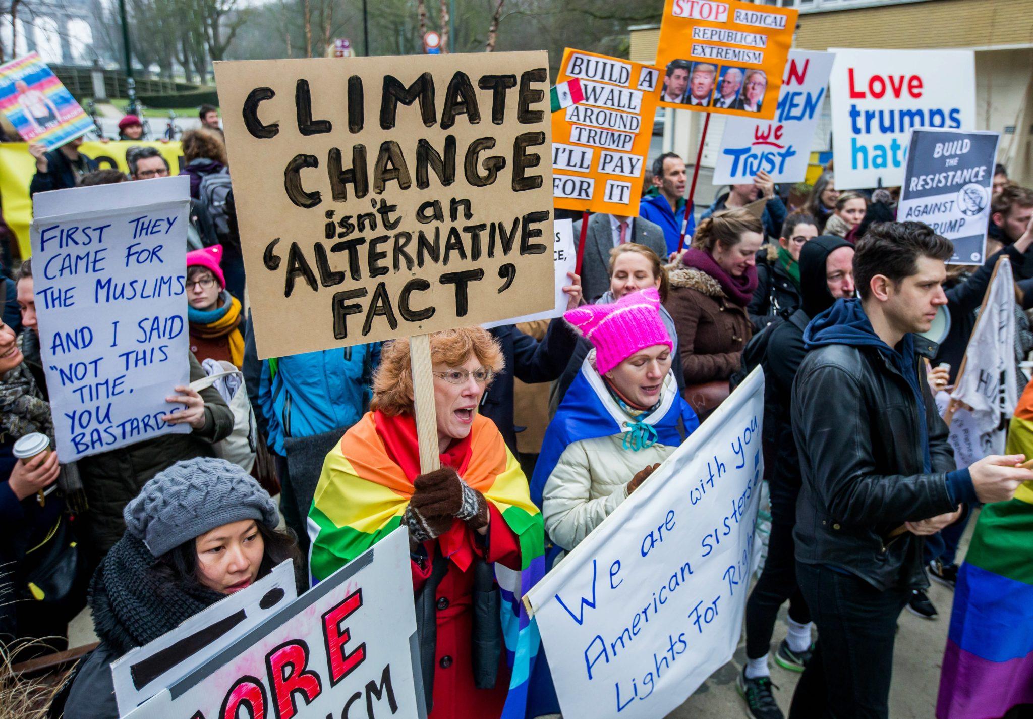 Belgia: protest środowisk lewicowych wobec polityki USA w Brukseli (foto. PAP/EPA/STEPHANIE LECOCQ)