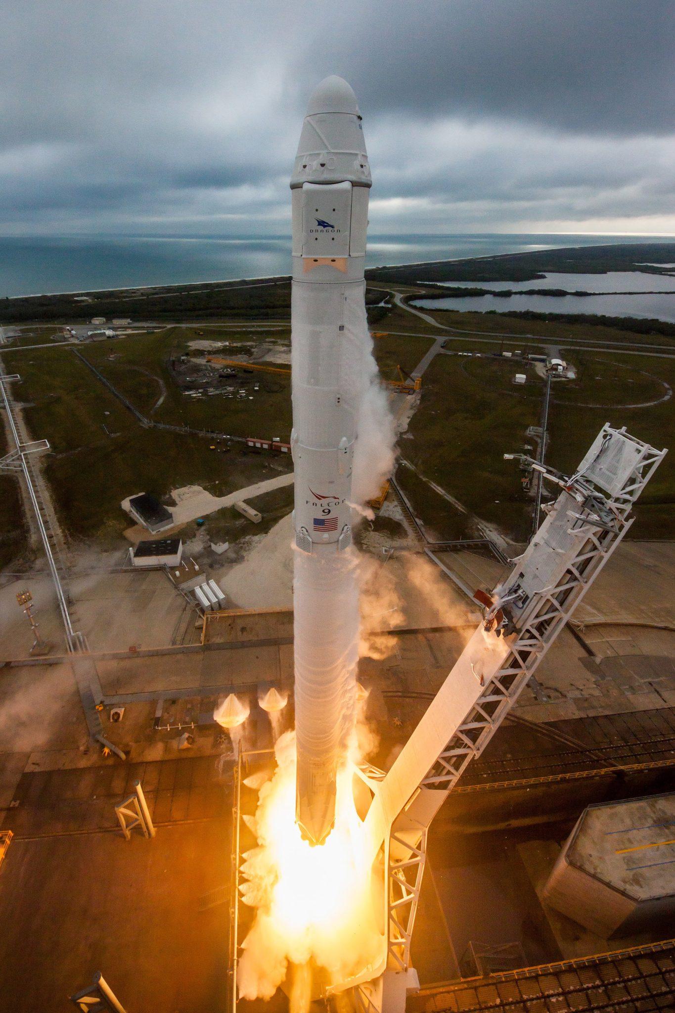 USA: start rakiety SpaceX Falcon 9 z bazy kosmicznej NASA na Florydzie (foto. PAP/EPA/SPACEX)
