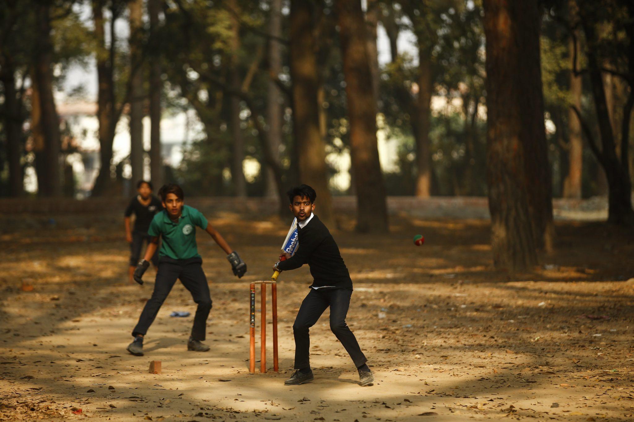 Nepal: dzieci grające w krykieta w Katmandu (foto. PAP/EPA/NARENDRA SHRESTHA)