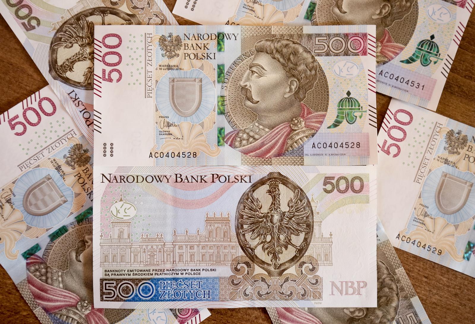 Banknot o nominale 500zł trafił do obiegu.  Na awersie znajduje się wizerunek Jana III Sobieskiego pochodzący z jego medalionu koronacyjnego, na rewersie - pałac w Wilanowie. Fot. PAP/Paweł Supernak
