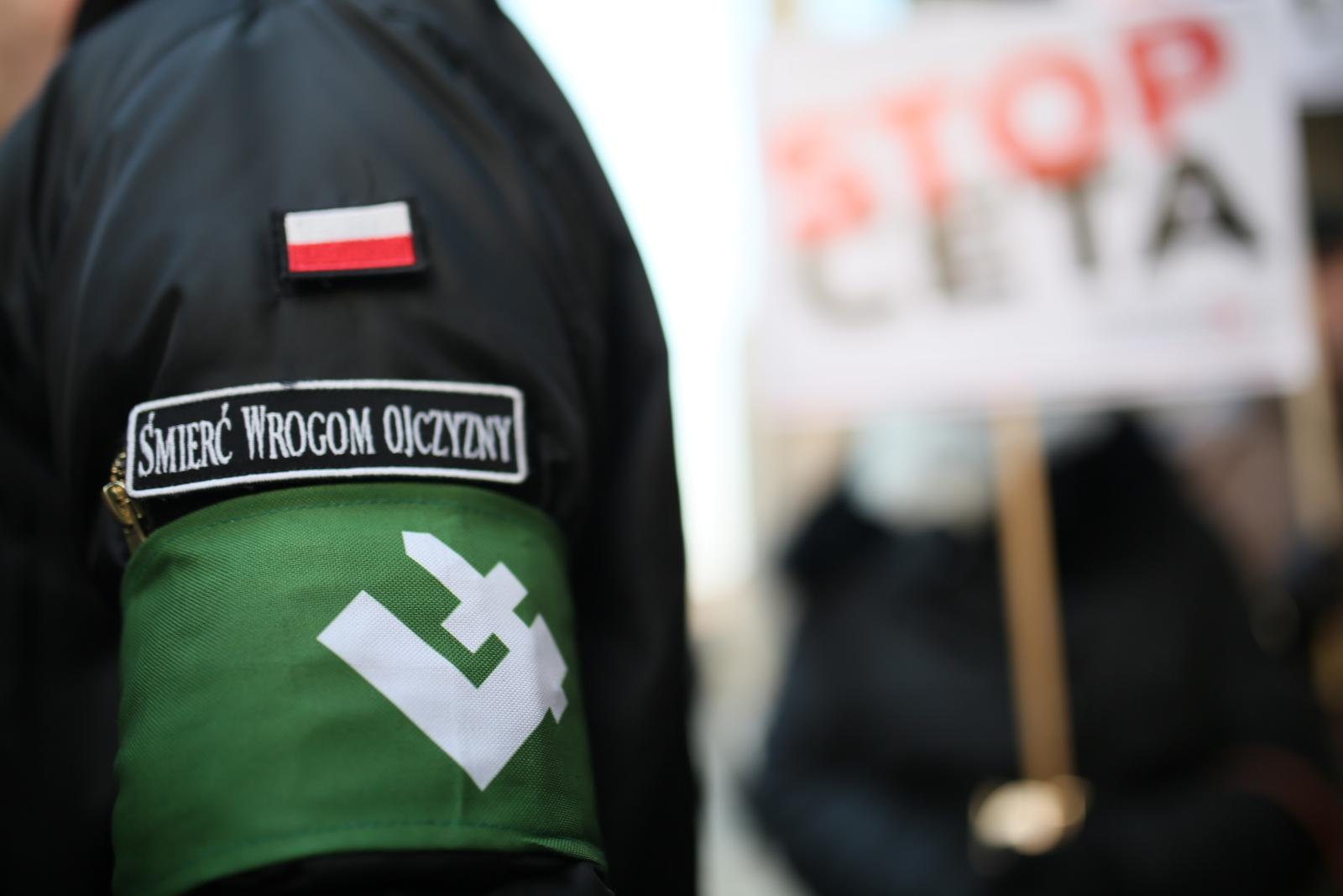 Protest przeciw ratyfikowaniu umowy gospodarczo-handlowej CETA pomiędzy UE a Kanadą, przed biurem Parlamentu Europejskiego przy ul. Jasnej w Warszawie. Demonstrację zorganizowała Prawica Rzeczypospolitej.