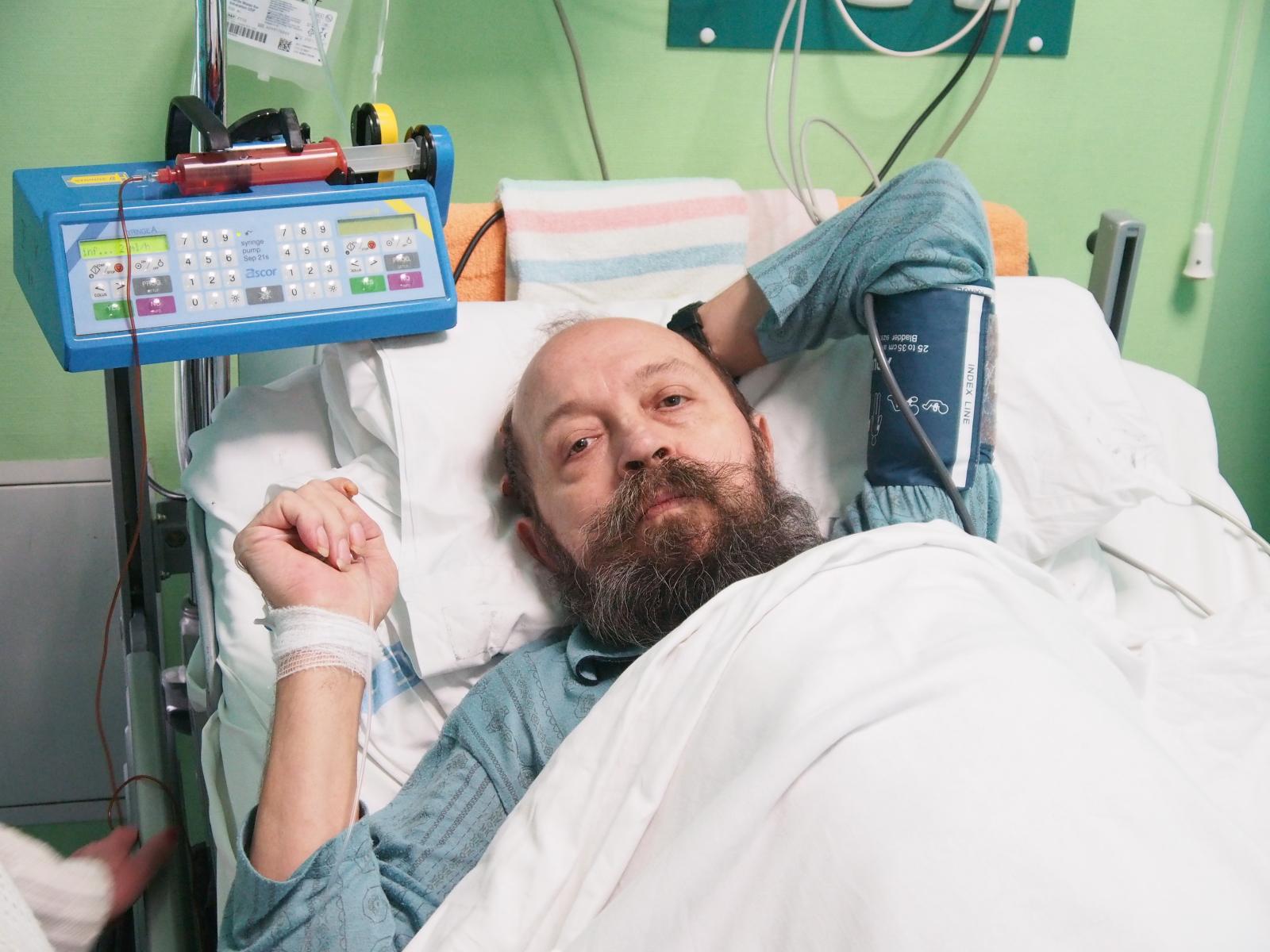 Pacjent po zabiegu ocalenia pękniętego serca. Był to unikatowy w skali światowej zabieg. Fot. PAP/Michał Szalast