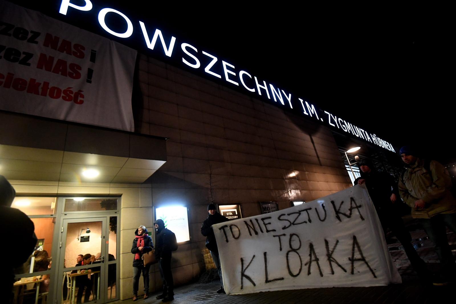 Pikieta pod Teatrem Powszechnym w Warszawie. Pikietę przeciwko wystawianiu sztuki