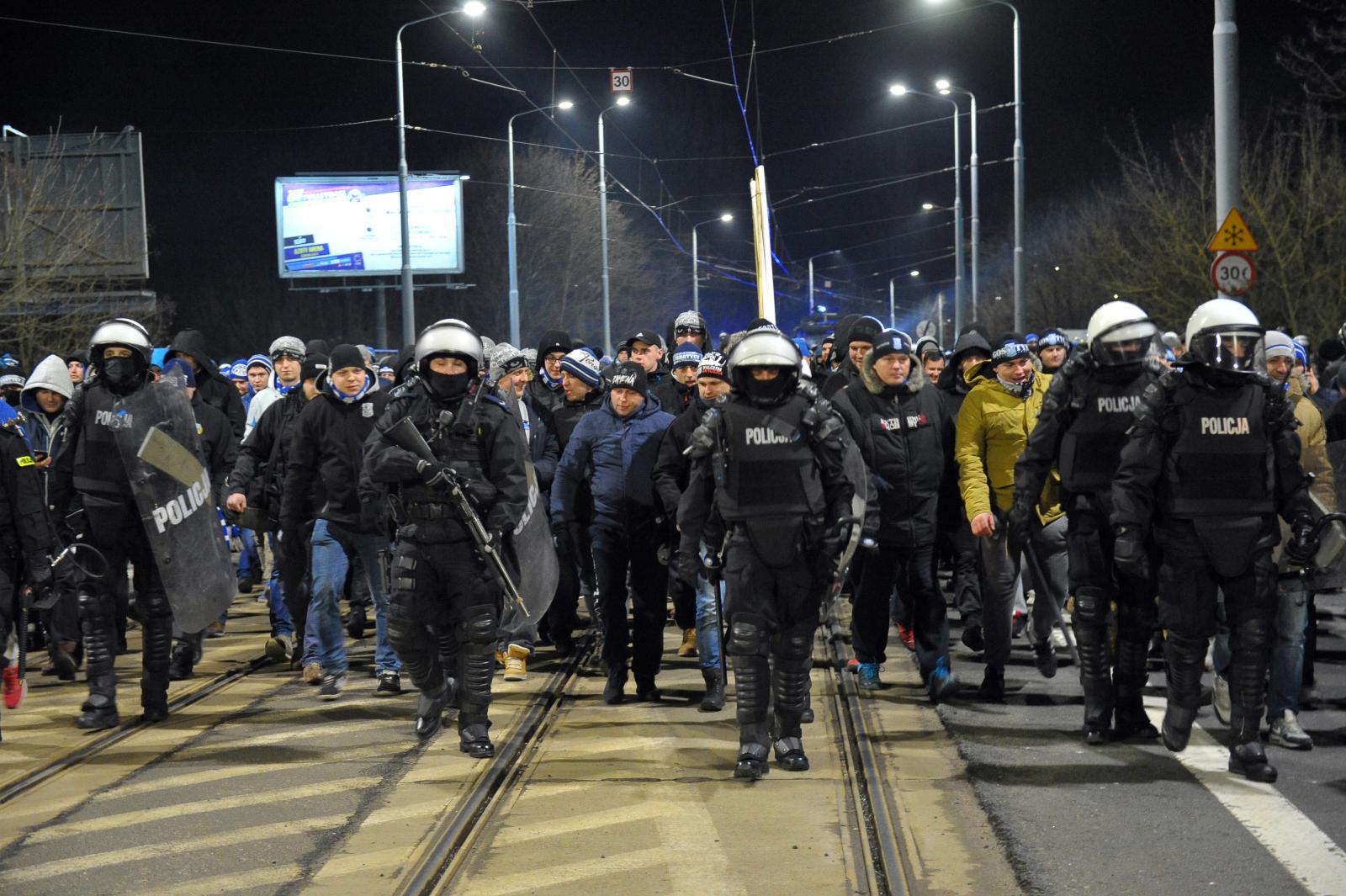 Policja zabezpiecza przemarsz kibiców Lecha Poznań na stadion Pogoni, przed meczem 23. kolejki piłkarskiej Ekstraklasy w Szczecinie. Do Szczecina przybyło ok. 800 fanów poznańskiej drużyny.
