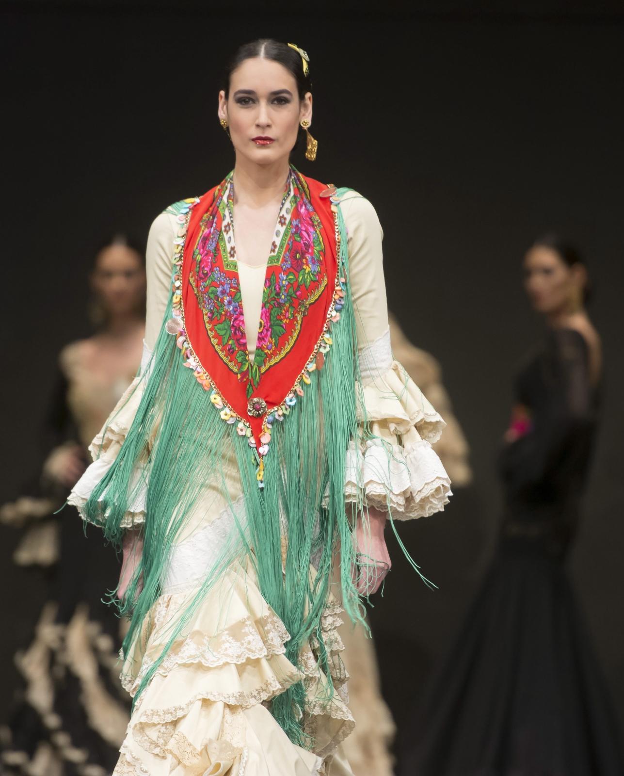 Hiszpania: pokaz mody flamenco. Fot. PAP/EPA/RAUL CARO