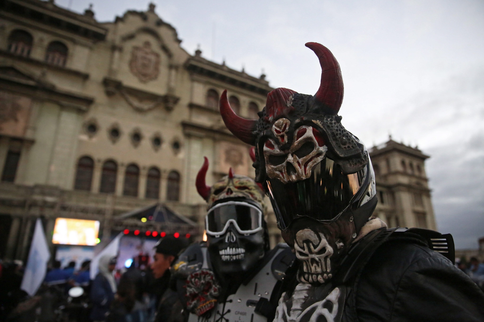 Motocykliści z Guatemali pozują do zdjęć przed wyruszeniem na pielgrzymkę do Cristo Negro.