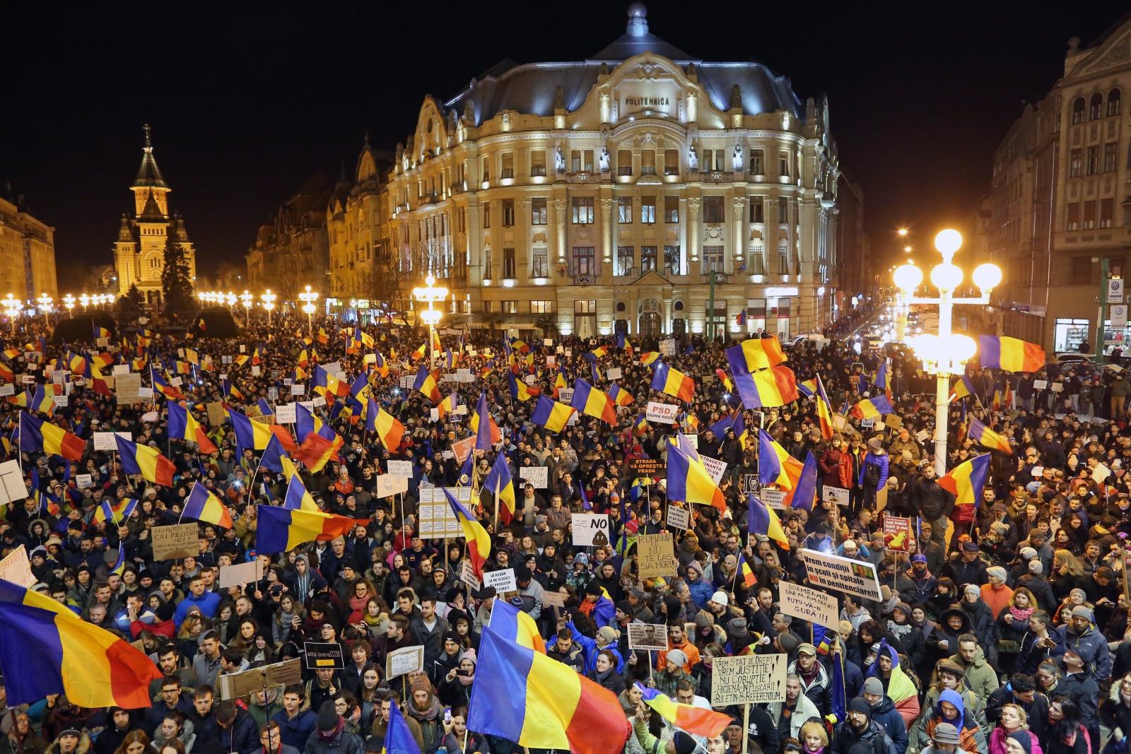 Ludzie krzyczą antyrządowe hasła w czasie protestów w Rumunii.