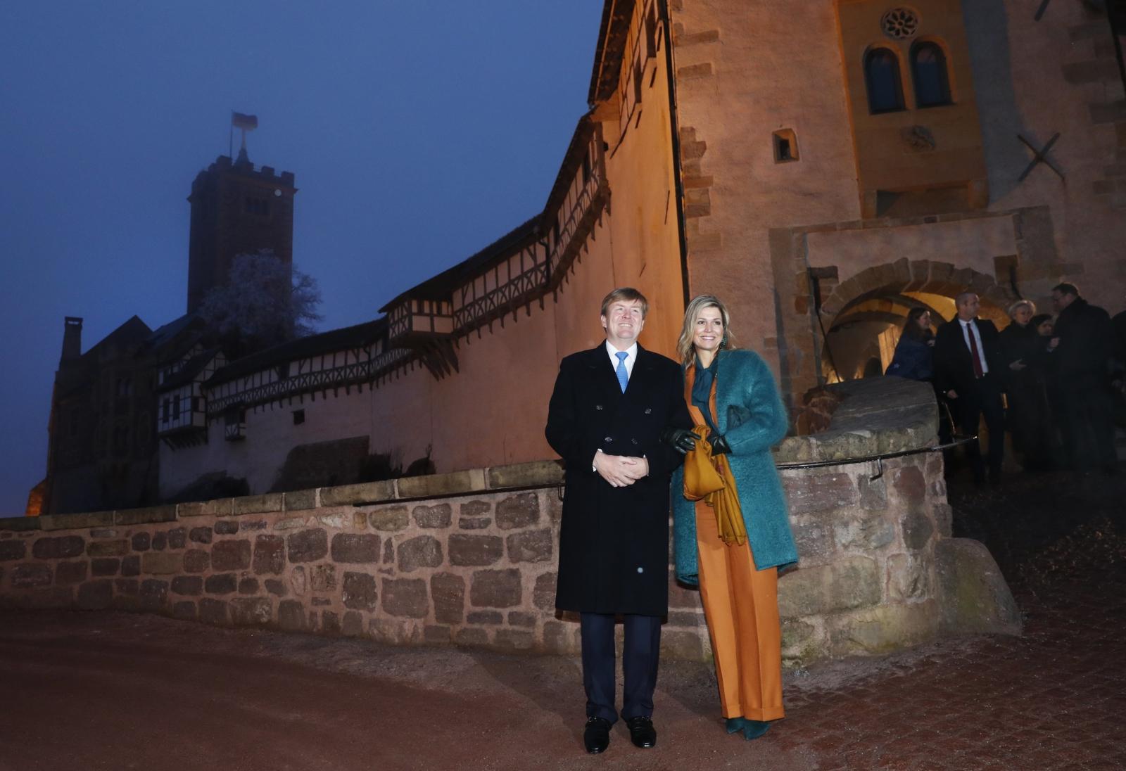Król Holandii Willem-Alexander z żoną pozują przy zamku Wartburg.