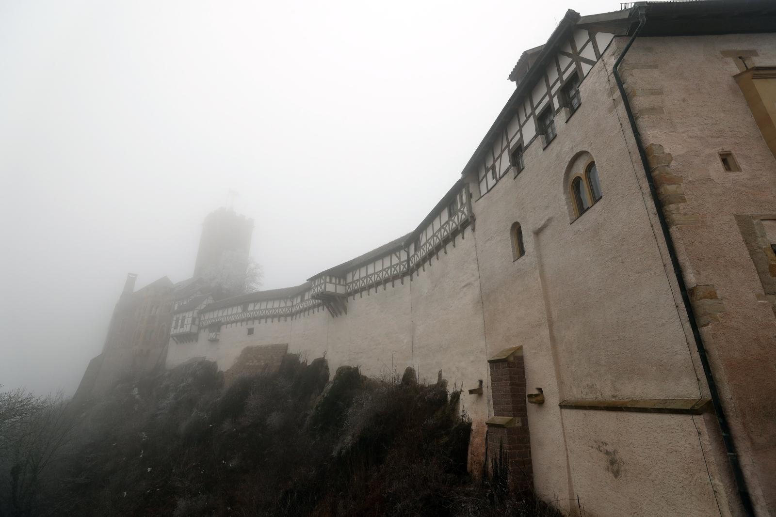 Widok na zamek Wartburg we mgle, Turyngia, Niemcy.