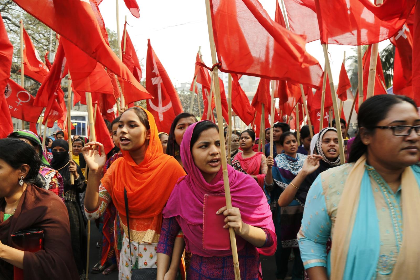 Protest pracowników fabryk w Bangladeszu. Protestujący domagają się uwolnienia 25 liderów oraz ponownego otwarcia fabryk. Fot. PAP/EPA/ABIR ABDULLAH