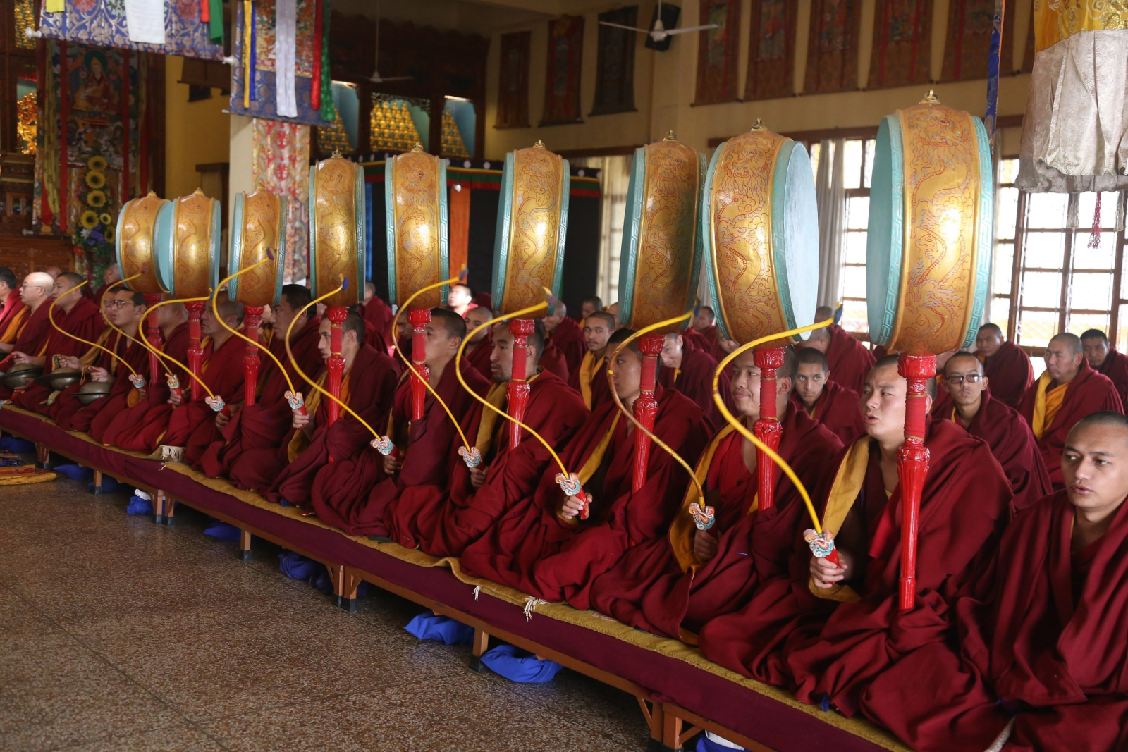 Buddyjscy mnisi z tybetańskiego klasztoru Gyuto modlą się z okazji Tybetańskiego Nowego Roku., Dharmsala, Indie.