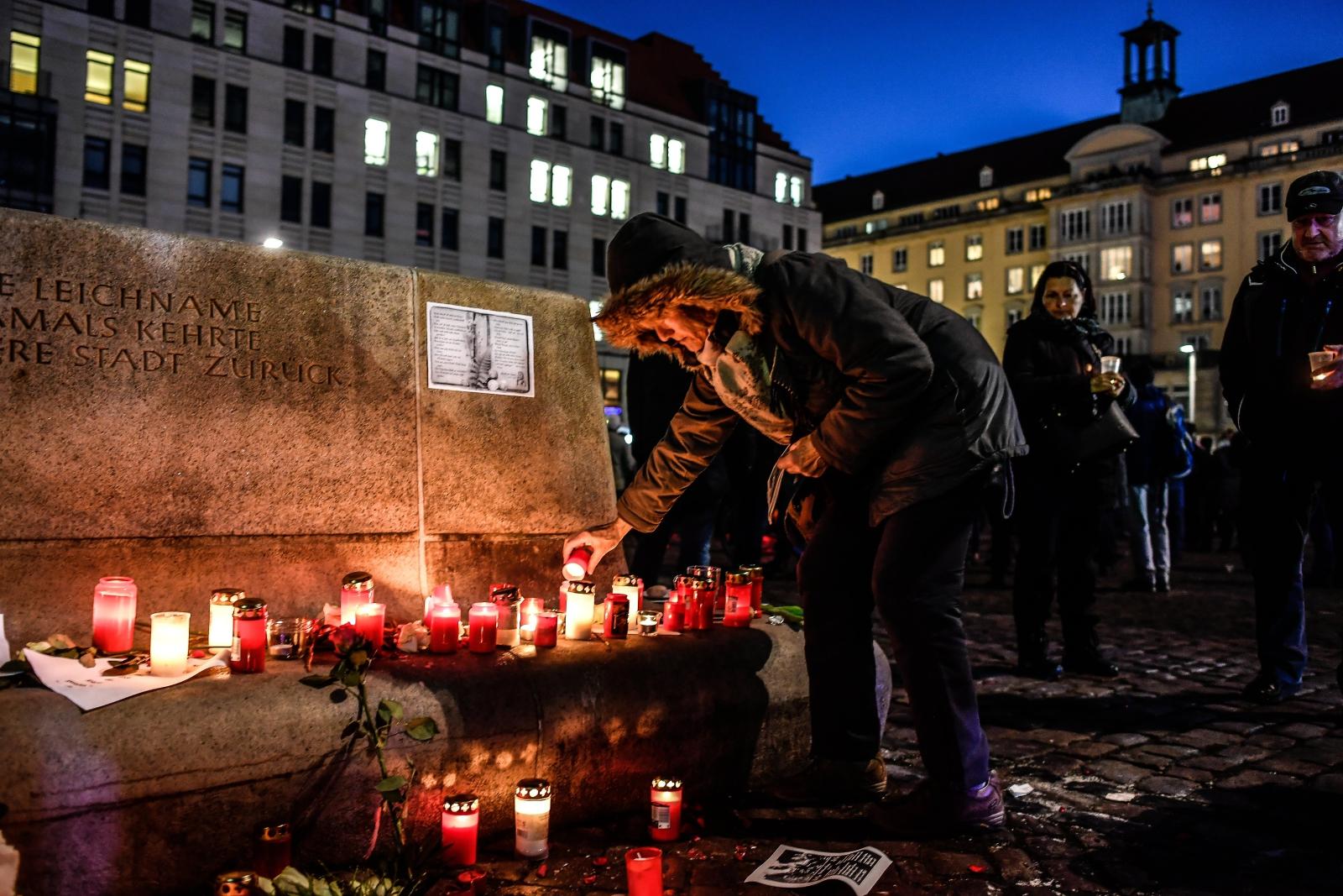 Kobieta zapala świeczkę upamiętniając zniszczenie Drezna w czasie II Wojny Światowej. Akcję zorganizowała prawicowa partia AFD.