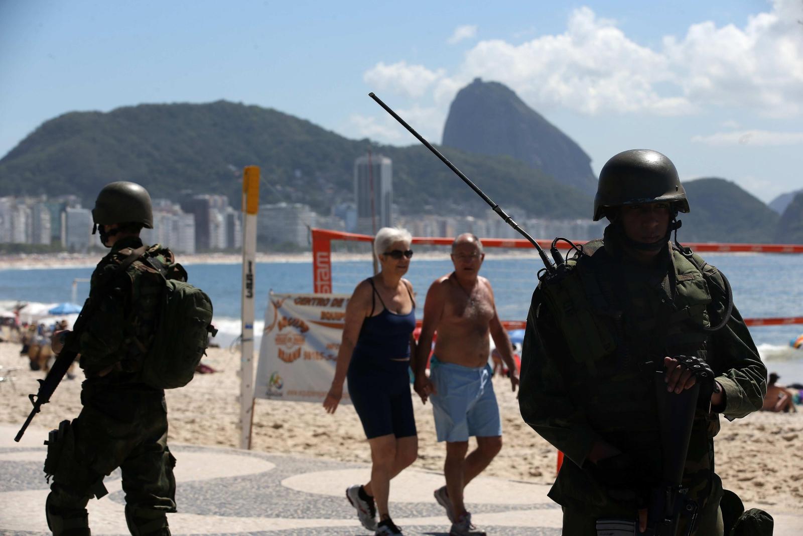 Żołnierze pilnują porządku na plaży Copacabana, Rio de Janeiro, Brazylia. Dzięki wojsku rząd chce uniknąć sytuacji podobnej do tej ostatnio, gdy policjanci wyszli na ulice i przez 10 dni strajkowali.