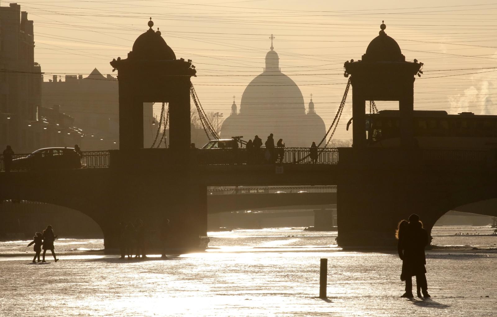Ludzie chodzą po zamarzniętej rzece Fontance, Moskwa, Rosja.
