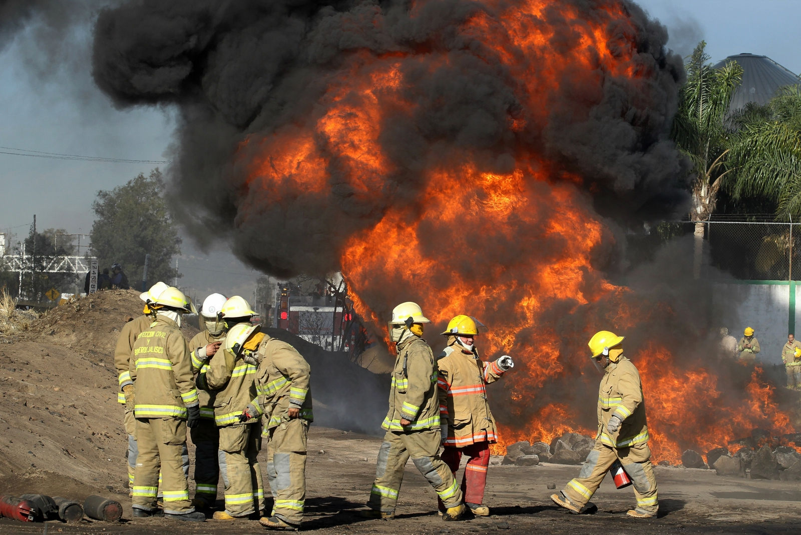 Meksykańscy strażacy gaszą palącą się stację benzynową, Zapopan, Meksyk.