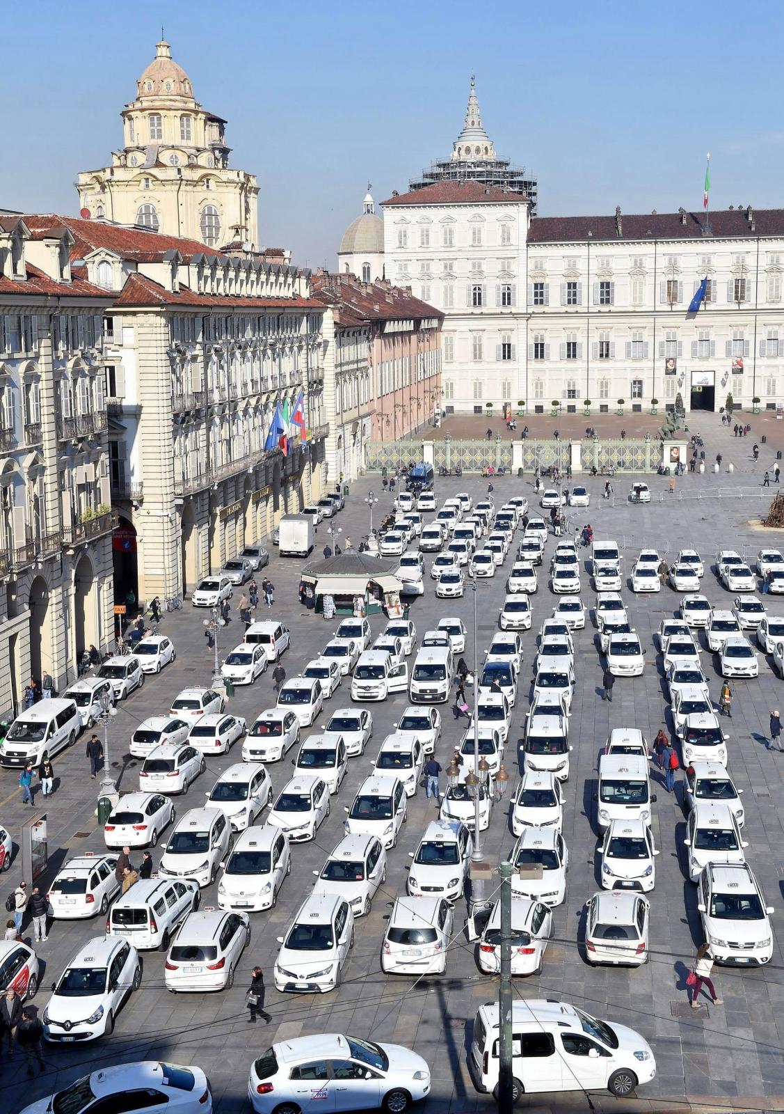 Włochy: protest taksówkarzy przeciwko Fot. PAP/EPA/Alessandro Di Marco