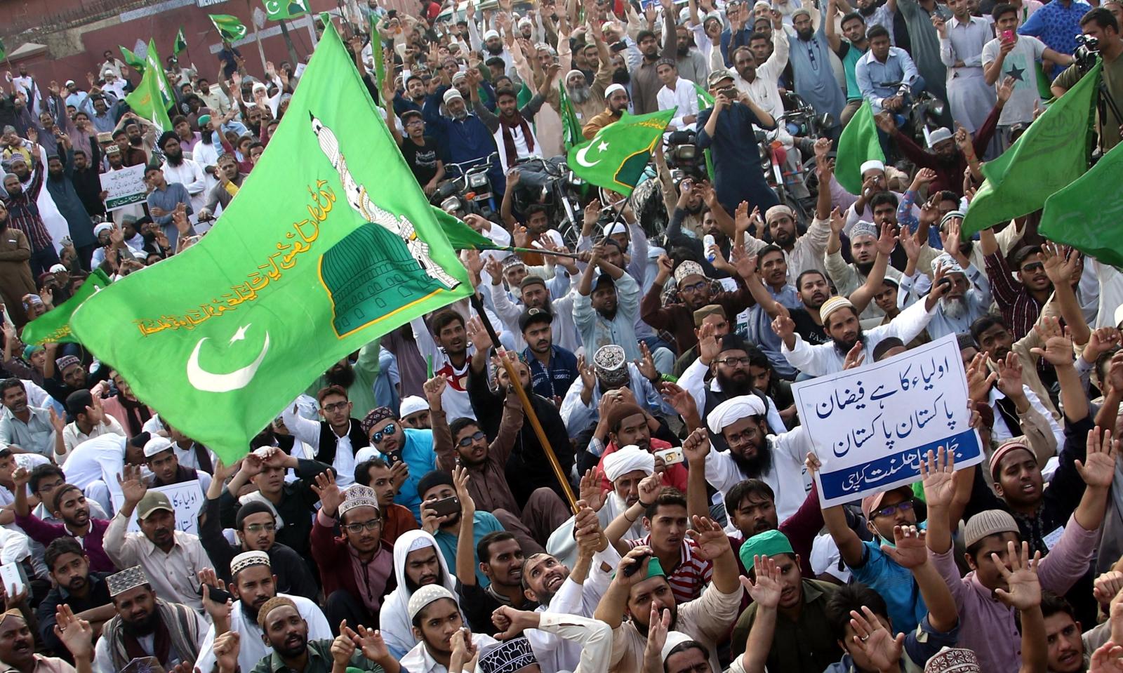 Zwolennicy partii Jamaat Ahle Sunnat w czasie manifestacji.