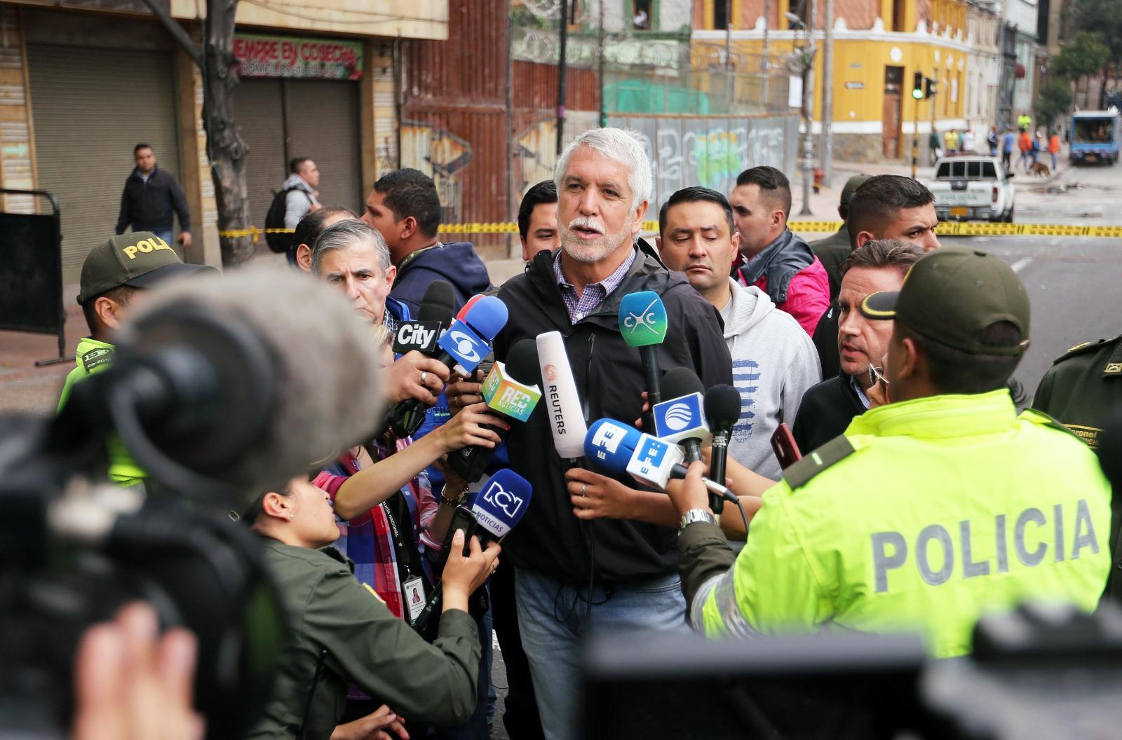 Burmistrz Enrique Penalosa rozmawia z prasą o wybuchu Bogota, Kolumbia.