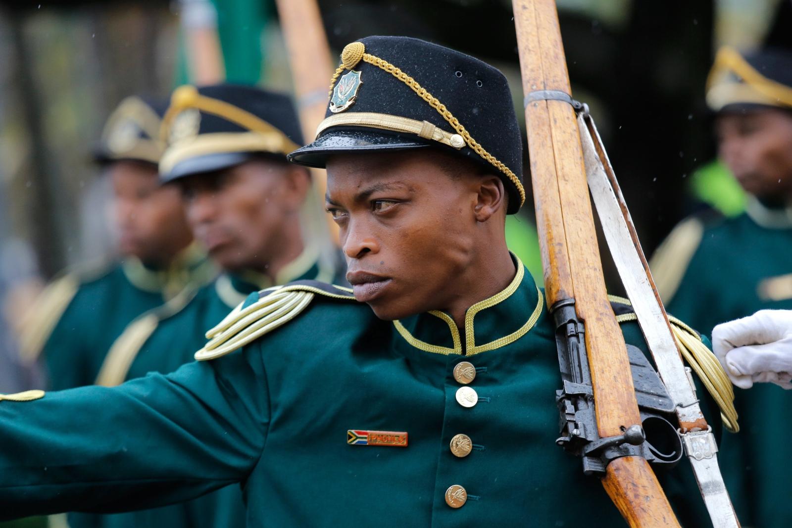 Członkowie Narodowej Gwardii Ceremonialnej w czasie corocznej Narodowej Parady Sił Obronnych, Durban, Południowa Afryka.