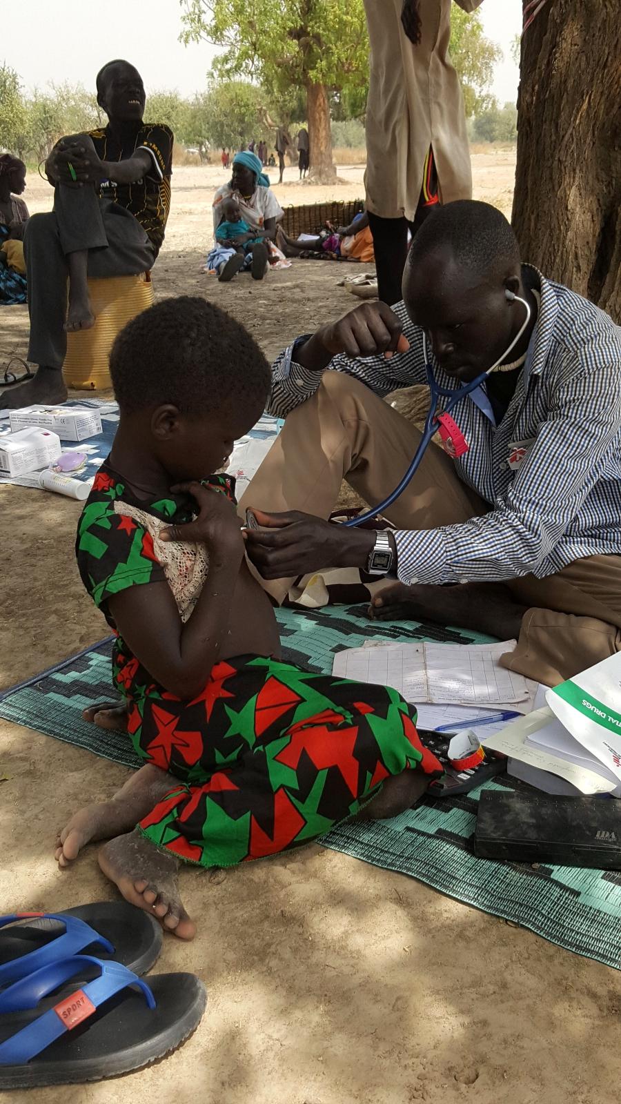 Dziewczynka chora na niedożywienie badana przez pracownika służby zdrowia w Dablual, Południowy Sudan.