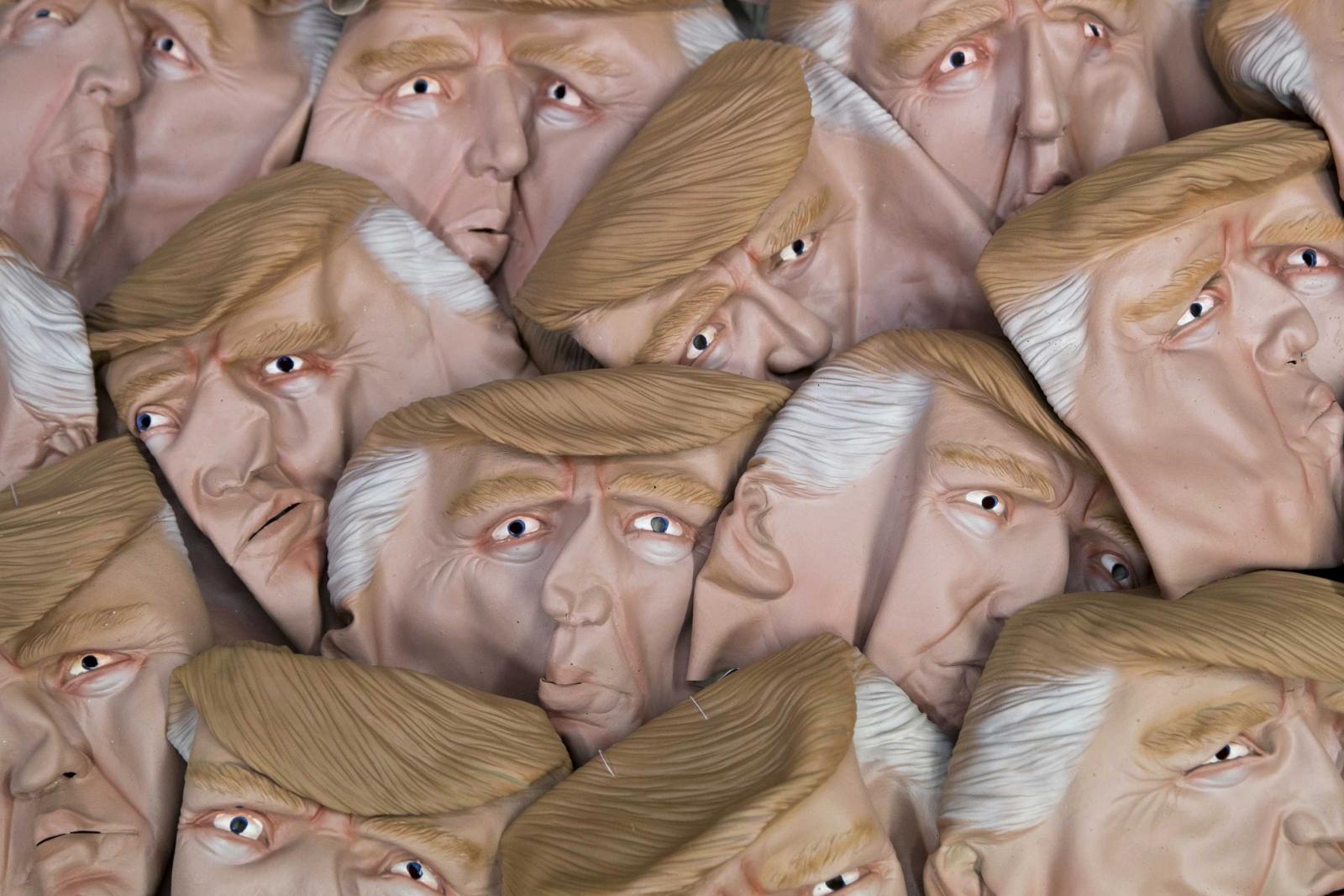 Karnawałowe maski przedstawiające prezydenta Stanów Zjednoczonych Donalda Trumpa, Maastricht, Holandia.