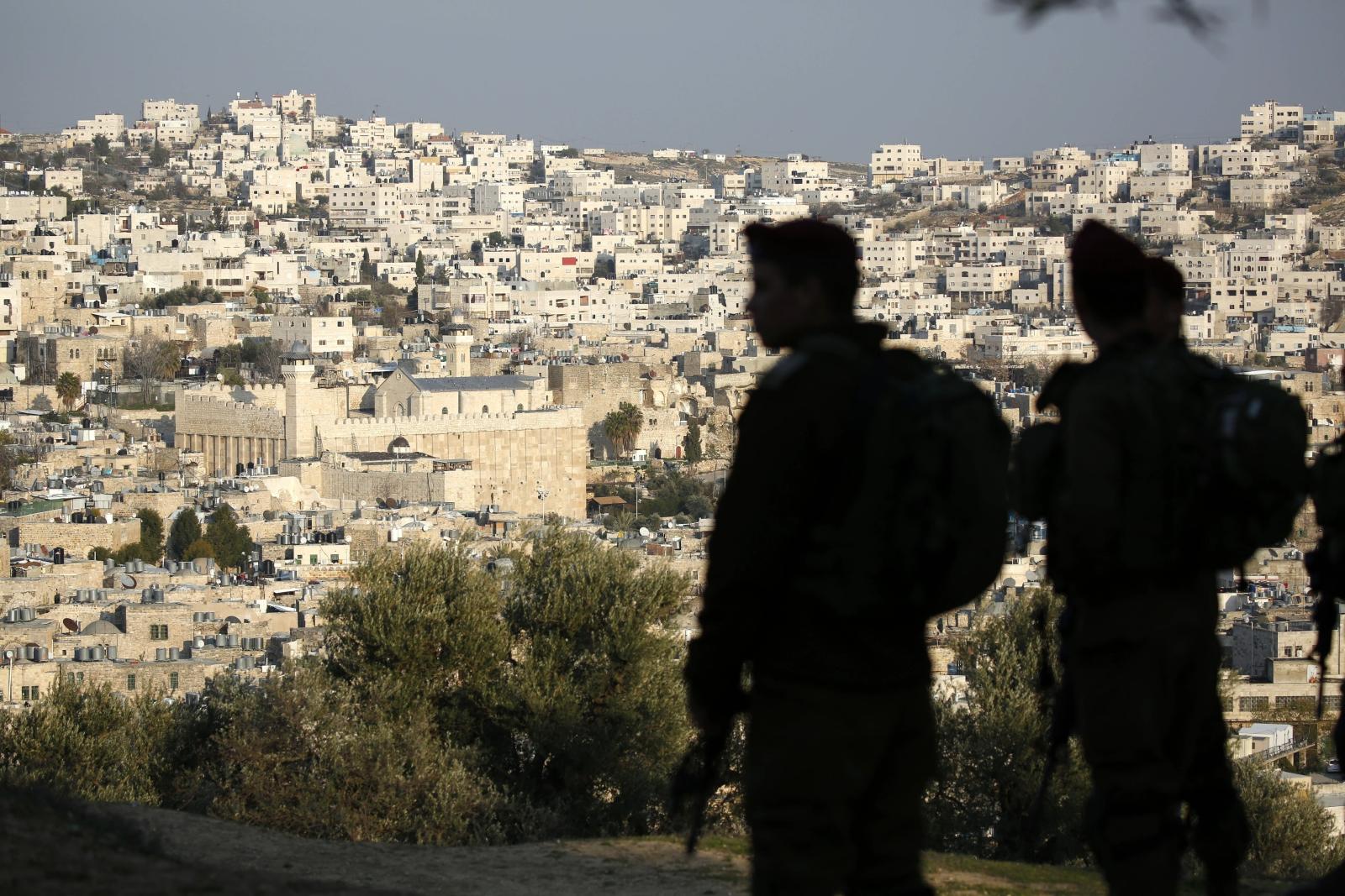 Izraelski patrol z Grobem Patriarchów w tle, Hebron, Palestyna.