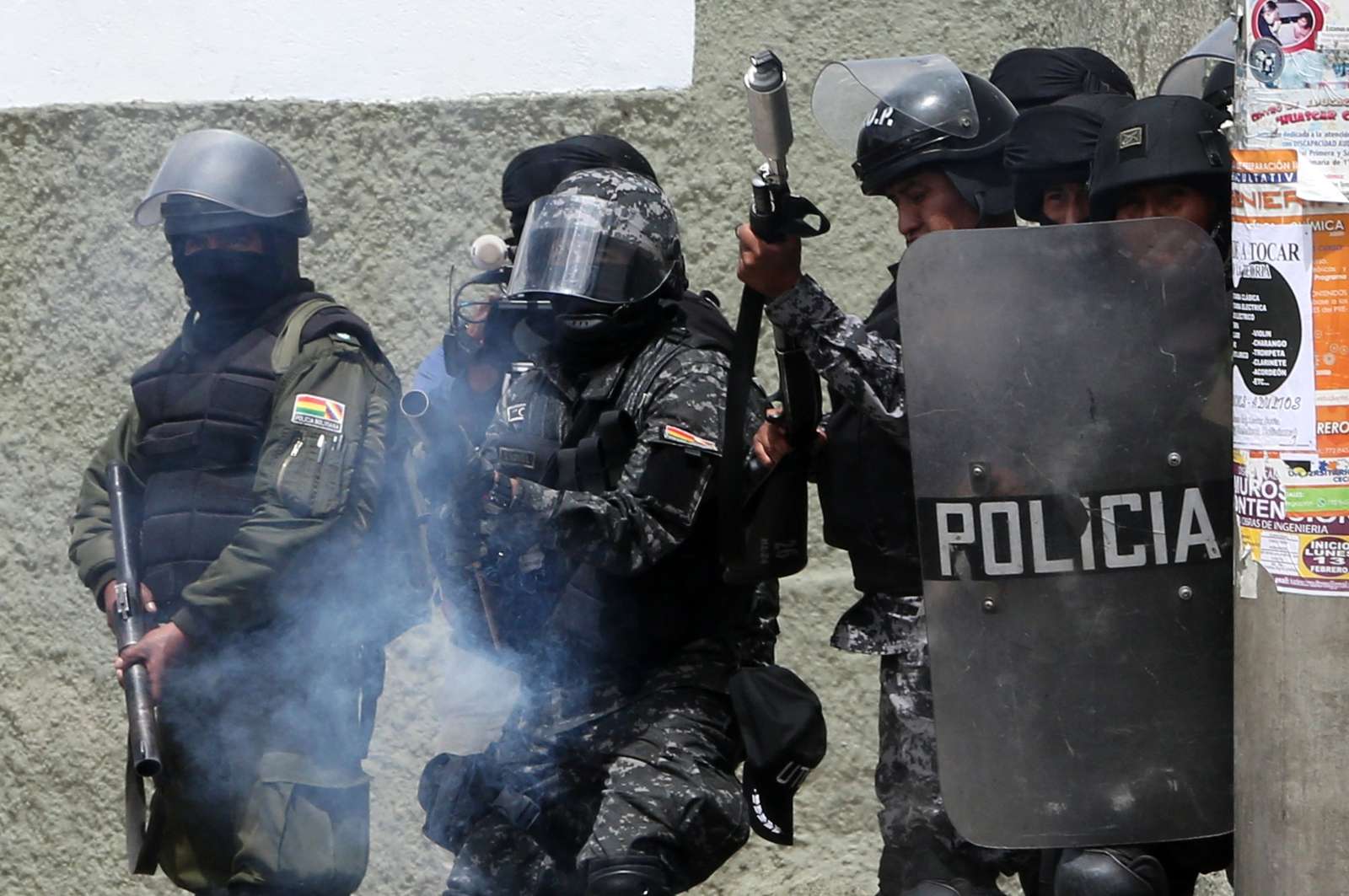 Boliwijscy policjanci w starciu z cocaleros w czasie zamieszek.