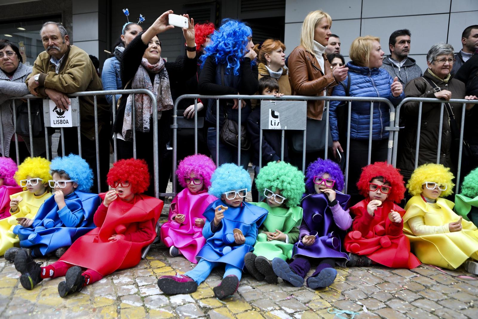 Odpoczywające dzieci podczas karnawałowej parady w Torres Vedras, Portugalia.