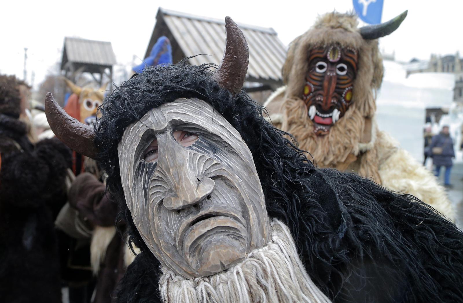 Aktorzy przebrani za demony w czasie święta Maslenitsa oznaczającego koniec zimy. Plac Czerwony, Moskwa.