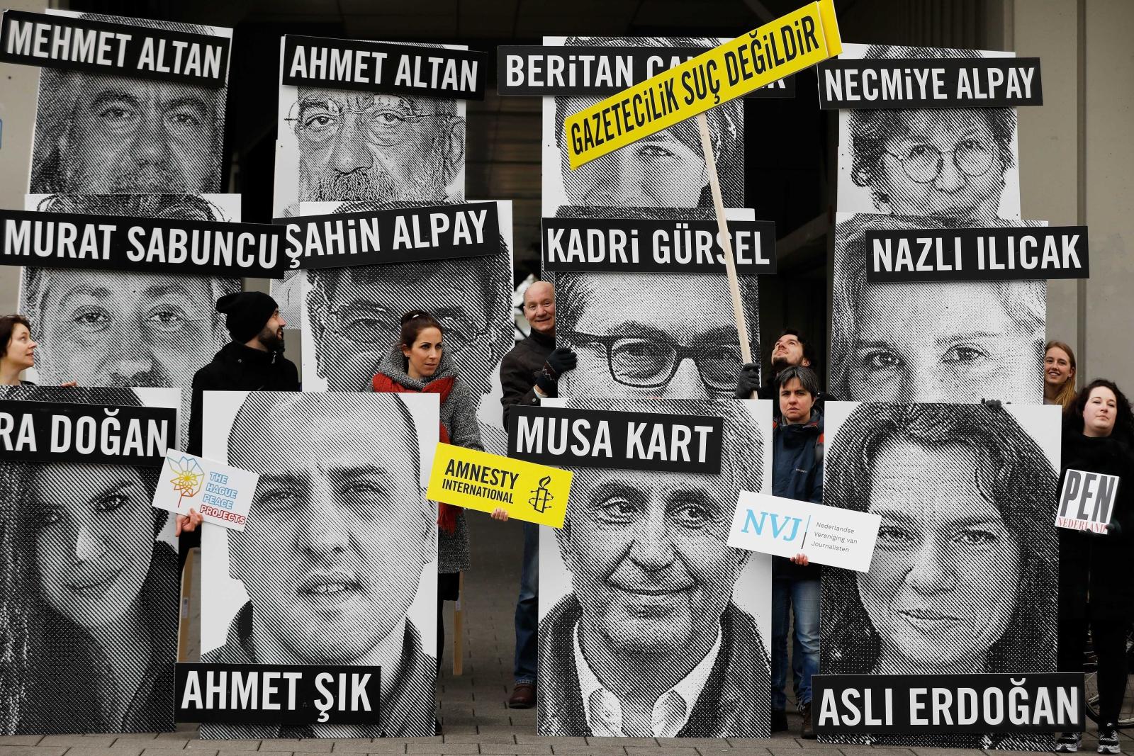 Aktywiści wzywają do uwolnienia dziennikarzy. Protest odbywa się pod tureckim kandydatem w Rotterdamie, Holandia.
